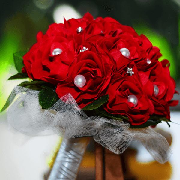 Buquê de noiva com flores aveludadas vermelhas
